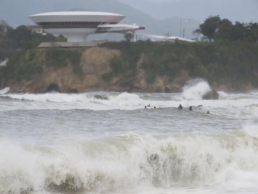 Ressaca deixou revolto mar em Icaraí, normalmente tranquilo (Foto: Bruno Albernaz/G1)