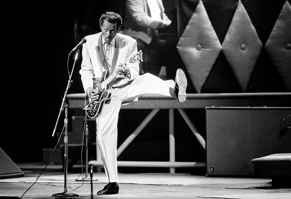 Chuck Berry se apresenta durante comemoração dos seus 60 anos, em 1986 — Foto: James A. Finley/AP Photo