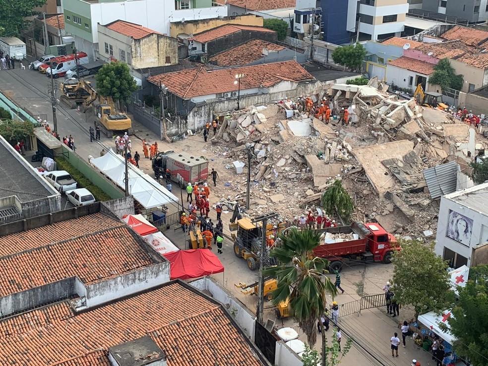 Corpo foi retirado da área dos escombros em Fortaleza — Foto: João Pedro Ribeiro/ TVM