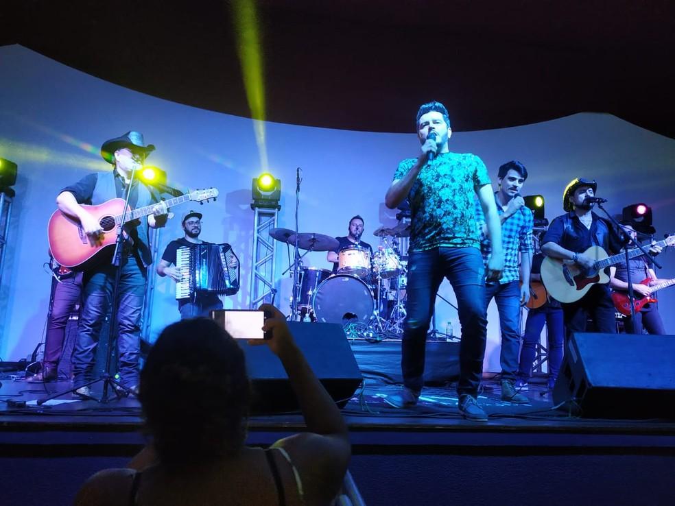 Rodrigo e Adriel no palco com a dupla Maurício e Mauri — Foto: Carol Dantas/Arquivo Pessoal