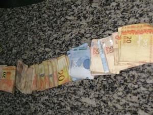 Dinheiro foi apreendido pela polícia com a jovem (Foto: Divulgação/ Polícia Militar)