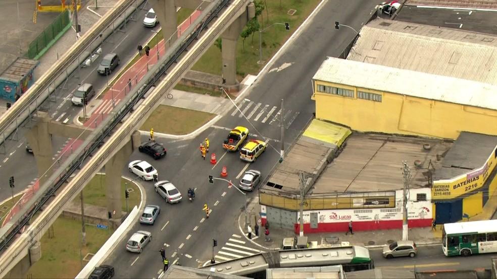 Troca de tiros paralisou o trânsito na Zona Leste de São Paulo — Foto: Reprodução/TV Globo