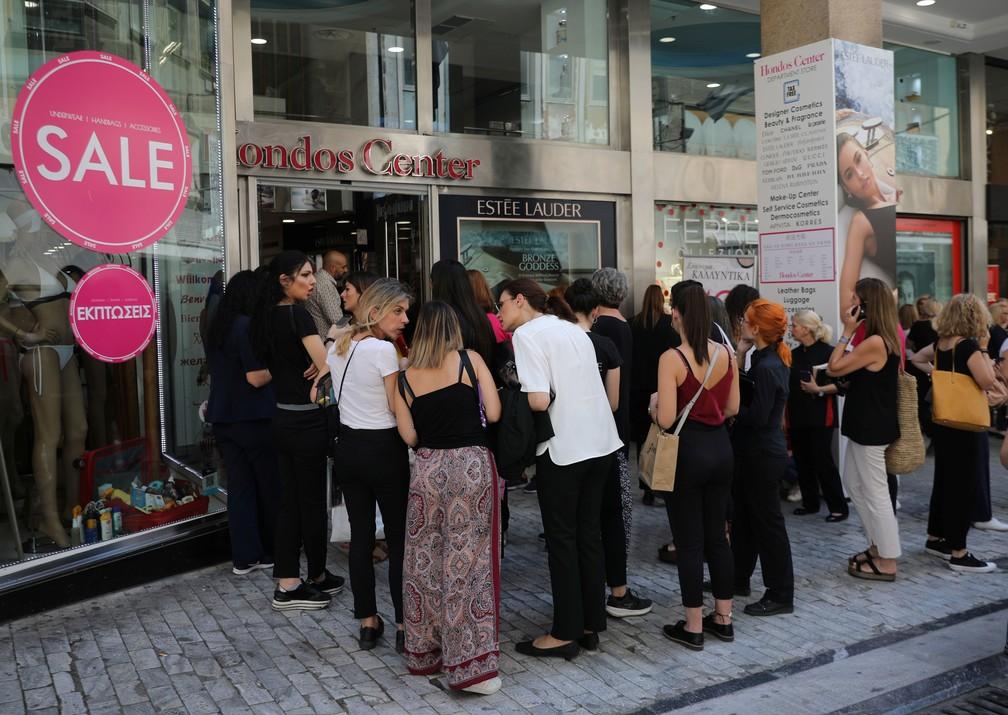 Pessoas aguardam do lado de fora de uma loja de departamentos na Praça Syntagma, em Atenas, na Grécia, após tremor desta sexta-feira (19)   — Foto: Alkis Konstantinidis/ Reuters