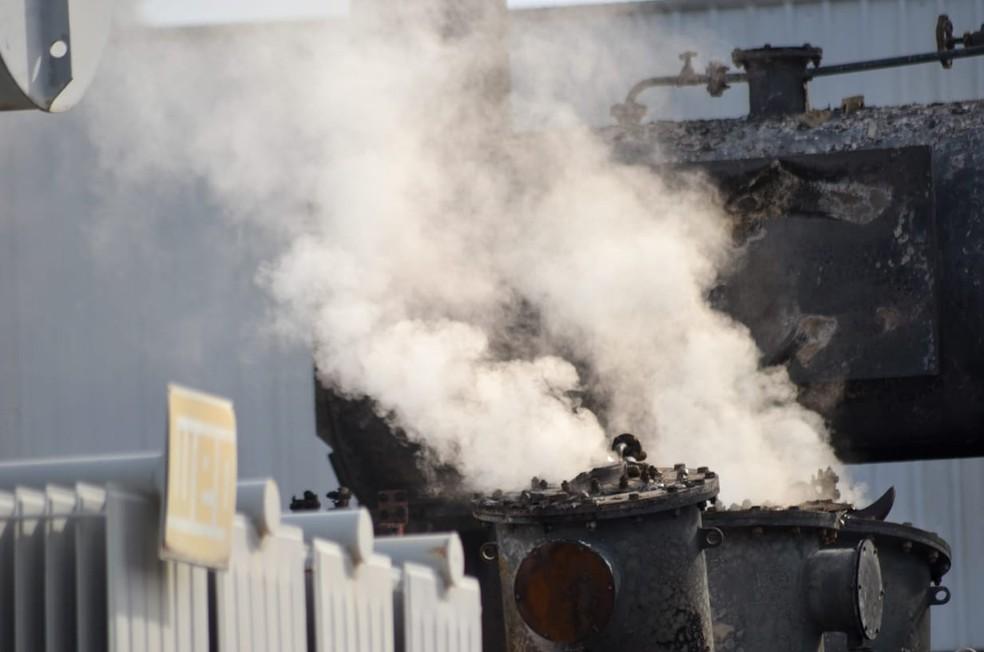 Transformador pegou fogo após curto circuito em subestação de energia de Itajaí (SC) — Foto: Mauricio Cattani/NSC TV