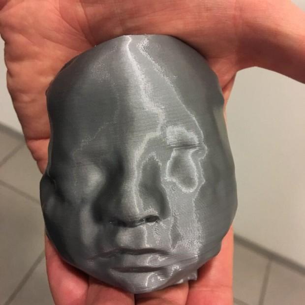 Por meio da impressão 3D, o casal pôde sentir o rosto da filha antes de seu nascimento (Foto: Reprodução/Twitter)