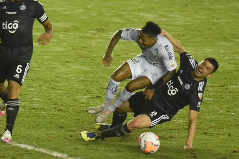 Marinho foi caçado pelos adversários — Foto: Ivan Storti/Santos FC