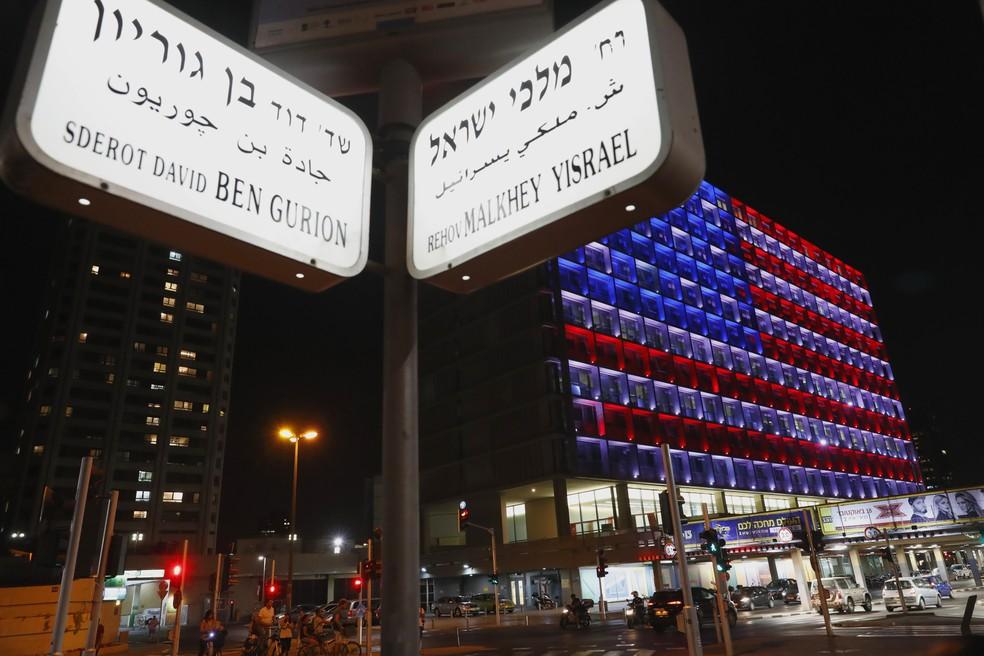 A prefeitura de Tel Aviv, em Israel, ficou iluminada com as cores da bandeira dos EUA em homenagem às vítimas do ataque em Las Vegas (Foto: Jack Guez/AFP)
