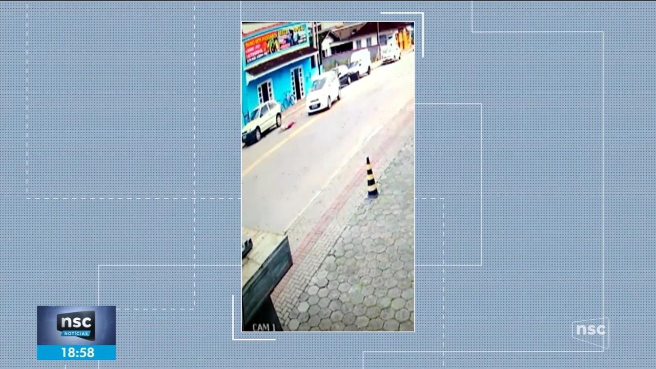 Criança é arremessada ao ser atingida por carro e sai andando