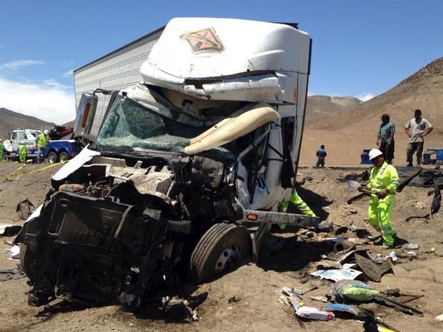 acidente ônibus caminhão Peru 02 (Foto: Reuters)