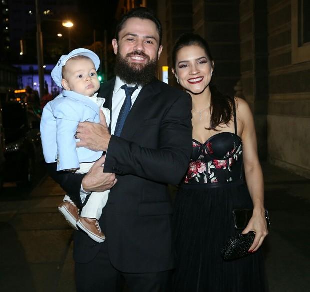 Matheus, da dupla com Jorge, a mulher e o filho (Foto: Wallace Barbosa e Anderson Borde/AgNews)