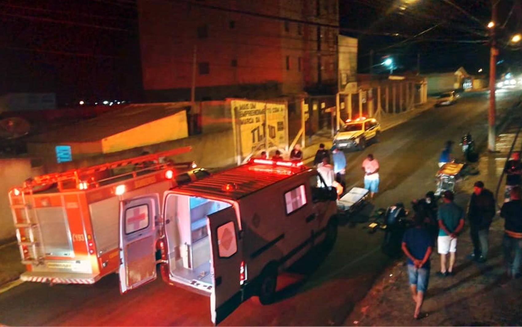 Motociclista e pedestre ficam gravemente feridos após atropelamento em Alfenas, MG