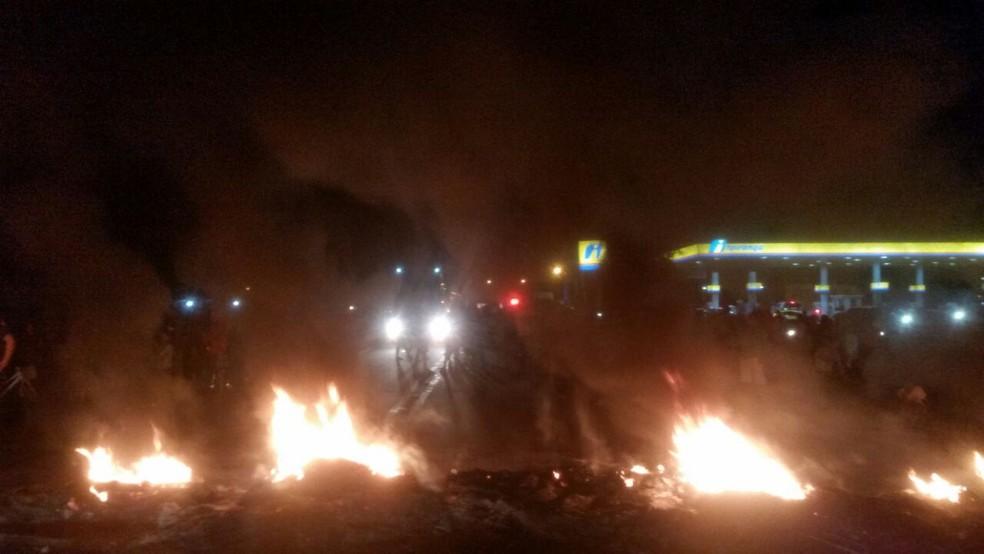 Moradores interditaram rodovia BR-174 em protesto por cerca de duas horas (Foto: Laudinei Sampaio/Rede Amazônica Roraima)