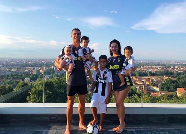 O jogador de futebol Cristiano Ronaldo e a modelo Georgina Rodriguez com os quatro filhos do atleta (Foto: Instagram)
