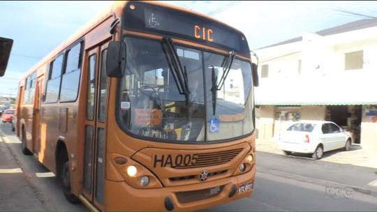 Ladrões roubam passageiros em mais um arrastão em ônibus de Curitiba; motorista diz que trabalha com medo
