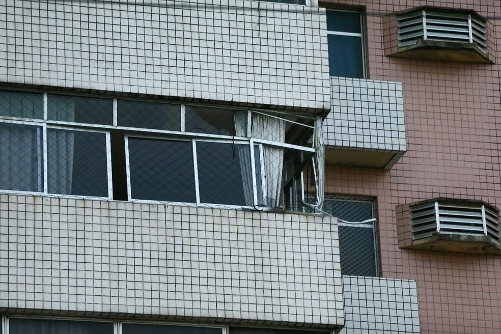 Parte da janela de um dos apartamentos do prédio ficou com a estrutura danificada — Foto: Camila Lima