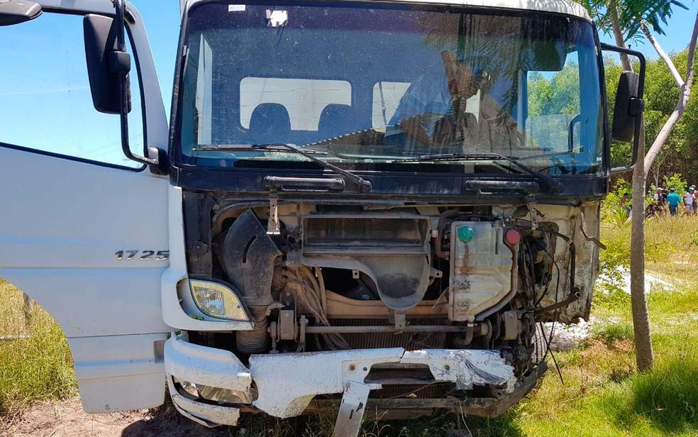 Caminhão envolvido em batida com carro na BA-001, no sul da Bahia (Foto: Danuse Cunha/Itamaraju Notícias)