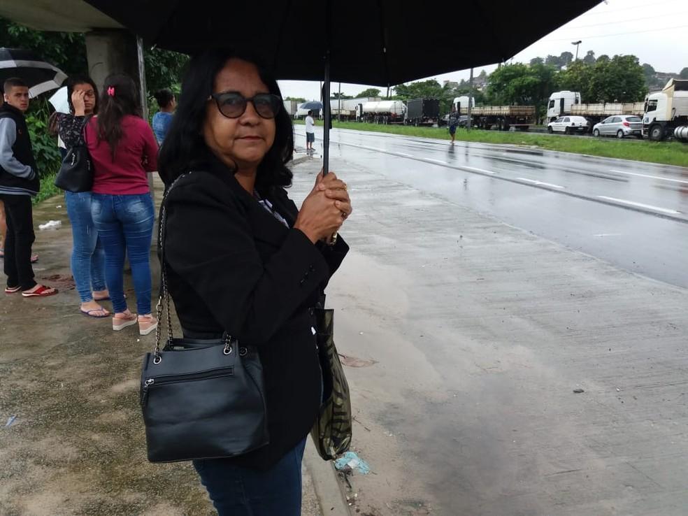 Lídia Moraes é funcionária de um posto de saúde em Casa Forte e espera ônibus na Guabiraba, na Zona Norte do Recife — Foto: Mhatteus Sampaio/TV Globo