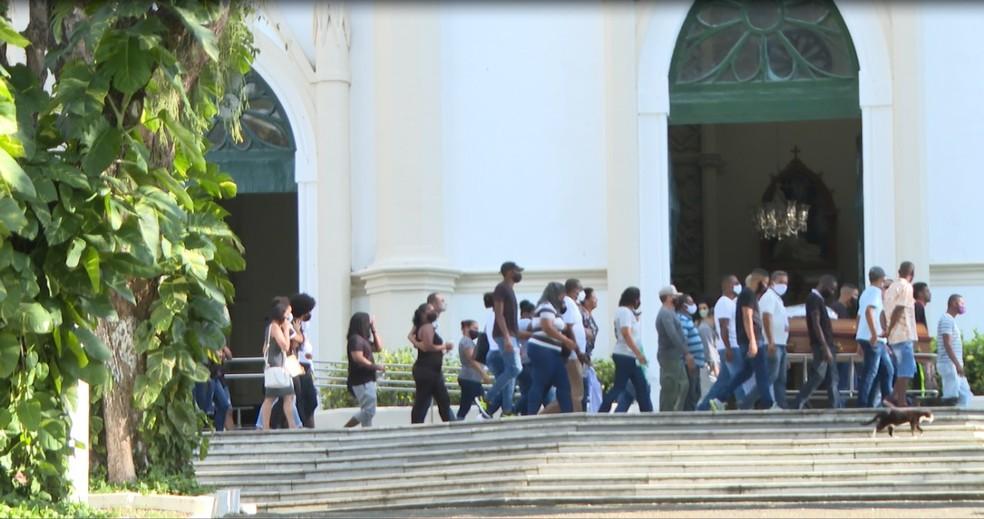 Corpos dos jovens foram enterrados por volta das 16h30 do Cemitério Campo Santo, na capital baiana. — Foto: Reprodução / TV Bahia