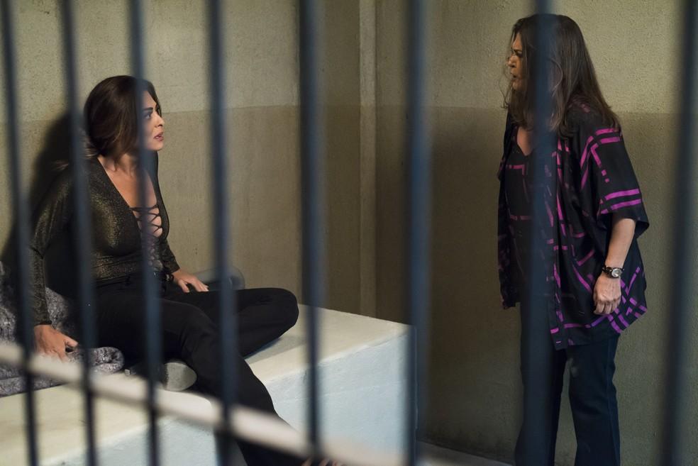 Bibi (Juliana Paes) leva surra de Aurora (Elizangela) em 'A Força do Querer' — Foto: Cesar Alves/Globo
