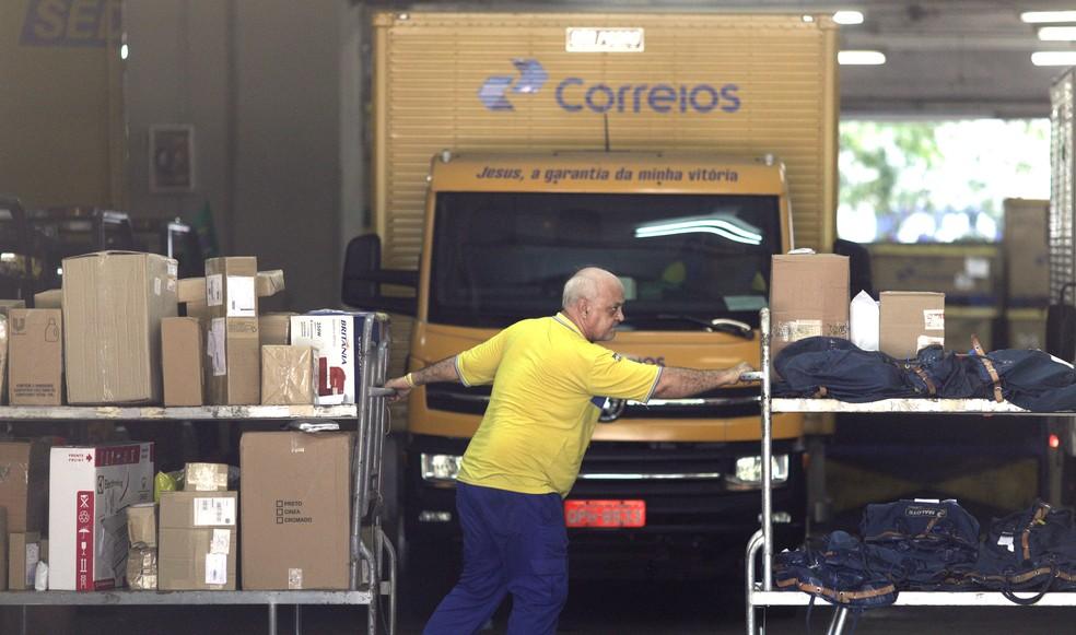 Funcionário dos Correios, no Rio de Janeiro; estatal lançou PDV com previsão de adesão de 7,3 mil funcionários — Foto: Ricardo Moraes/Reuters