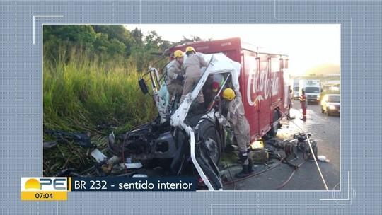 Caminhões colidem na BR-232 e uma pessoa fica ferida