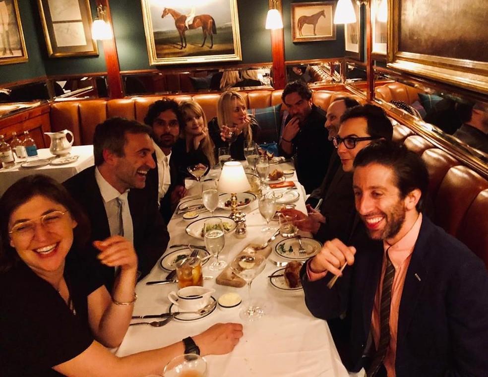 Elenco de The Big Bang Theory se reúne em jantar antes do último episódio da série — Foto: Reprodução / Instagram / KaleyCuoco