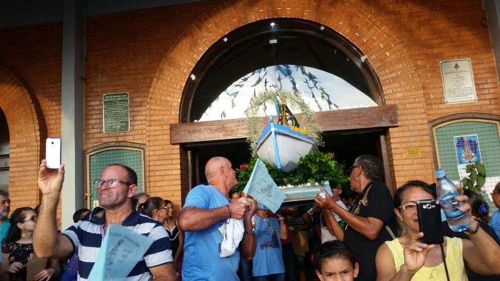 Fiéis transportam imagem de santa em Porto Velho (Foto: Rose Lopes/Rede Amazônica)