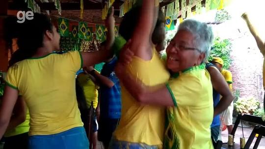 Idosa de 74 anos movimenta vizinhos a torcerem pelo Brasil em RO