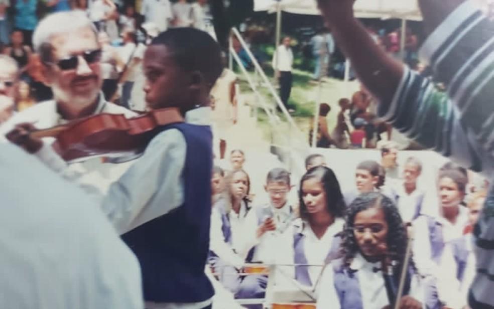 Marivaldo com cerca de nove anos em uma apresentação na Bahia — Foto: Arquivo Pessoal