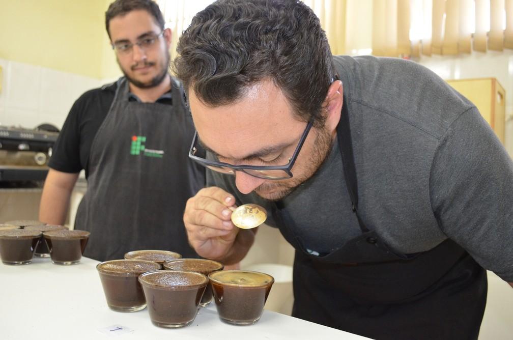 Na prova sensorial são preparadas e analisadas amostras de café torrado, uma das formas de se identificar a classificação da bebida (Foto: Diêgo Souza)