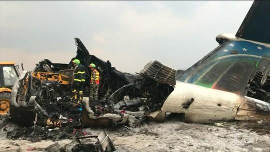 Avião com 71 a bordo cai e deixa 49 mortos em aeroporto do Nepal