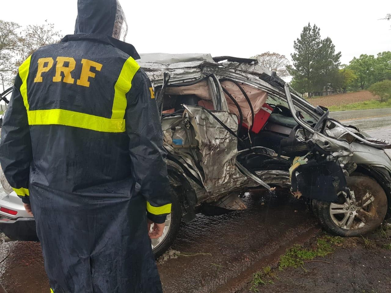 Dois homens morrem após carro bater em árvore na BR-392, em São Sepé - Notícias - Plantão Diário