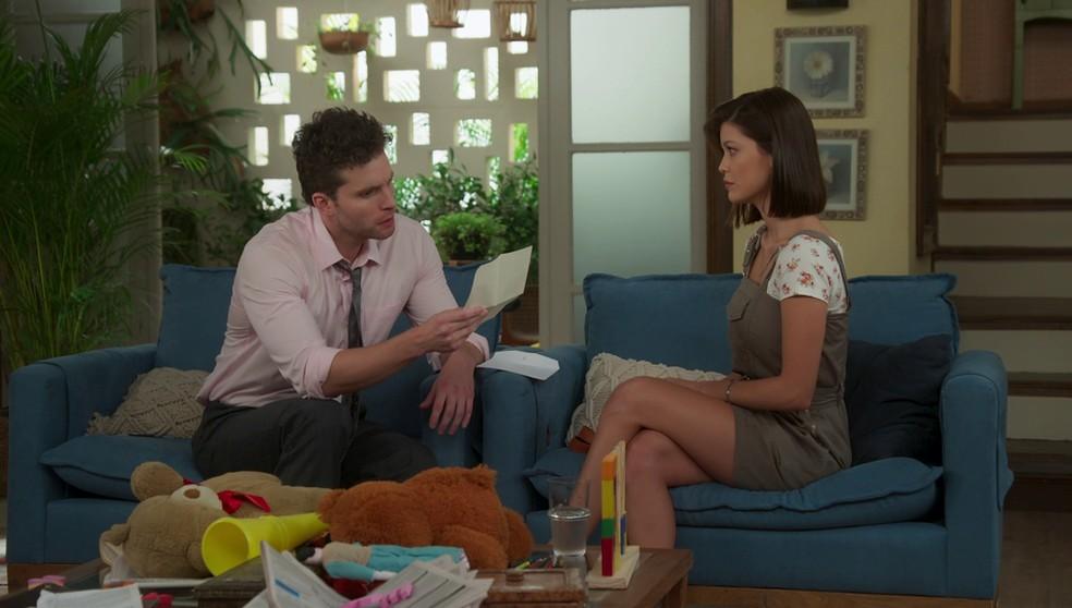Alan (Thiago Fragoso) se emociona com carta escrita por Alexia (Deborah Secco) - 'Salve-se Quem Puder'  — Foto: Globo