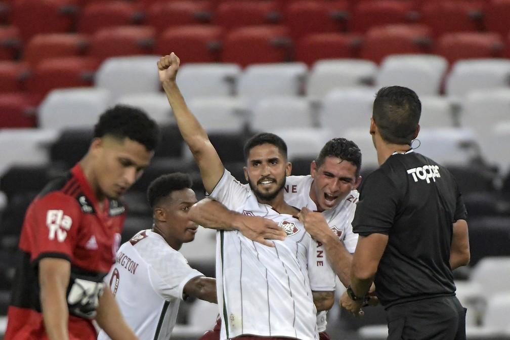 Igor Julião é abraçado por companheiros após fazer gol em Flamengo x Fluminense — Foto: Agência Estado