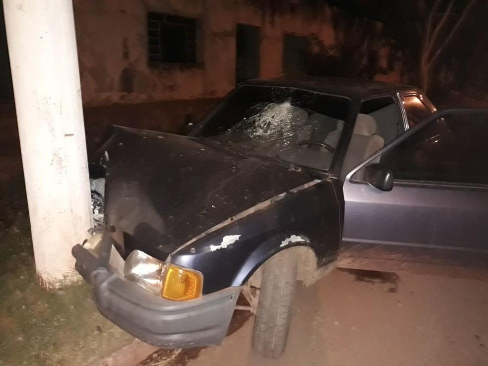 Carro bateu em poste e motorista ficou ferido (Foto: Corpo de Bombeiros/Divulgação)