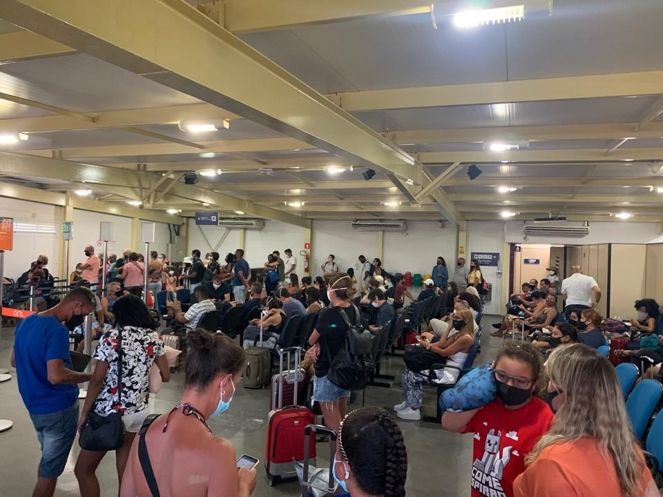 Passageira registra aglomeração em sala de embarque de aeroporto em Cabo Frio, no RJ