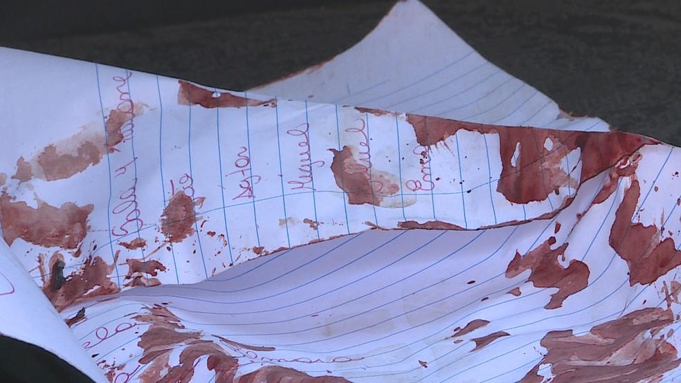 Folha de caderno suja de sangue — Foto: Reprodução/TV Globo