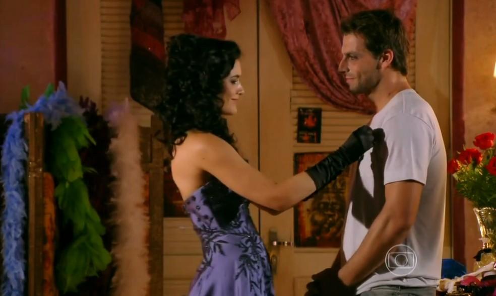 Cristal (Moro Anghileri) ajuda Cassiano (Henri Castelli) a voltar para o Brasil - 'Flor do Caribe' — Foto: Globo