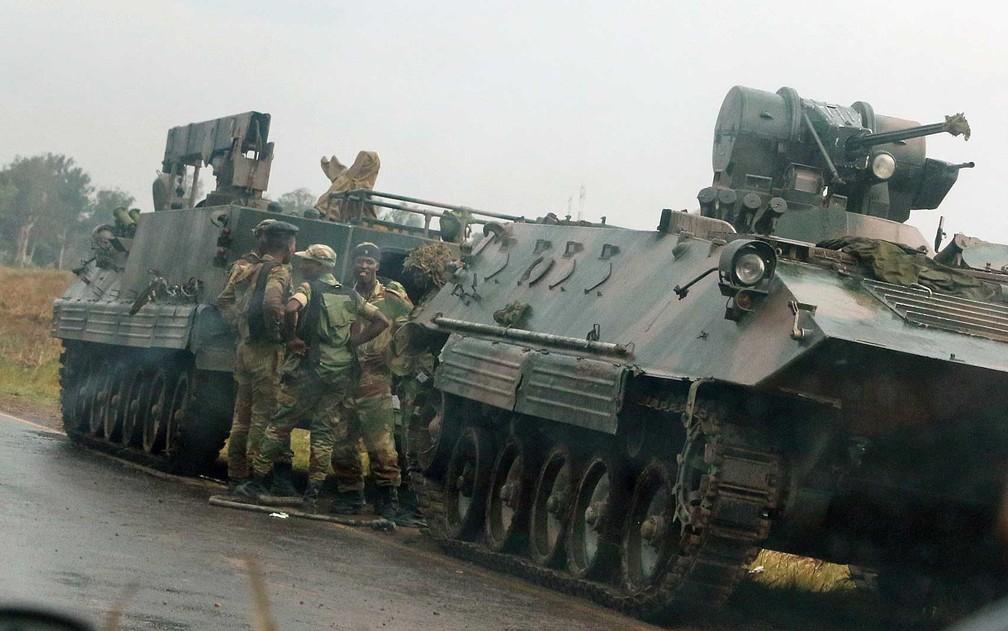 -  Militares nas ruas de Harare, no Zimbabwe  Foto: Philimon Bulawayo / Reuters