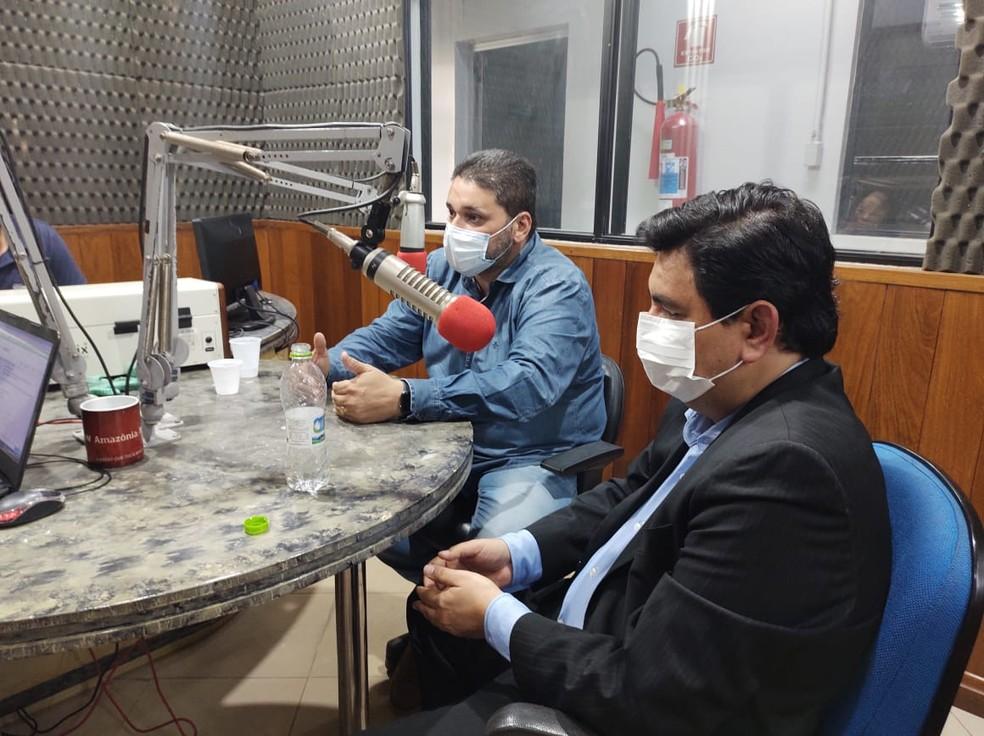 Marcos Pereira, diretor-presidente da CEA (de paletó), e João Paulo Monteiro, diretor operacional da Caesa (de camisa jeans) — Foto: Fabiana Figueiredo/G1