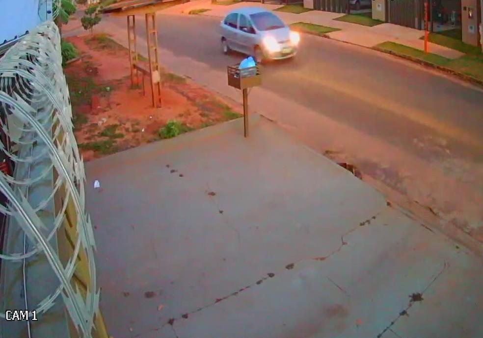 Câmeras de segurança registraram a passagem do veículo do suspeito de estuprar jovem em MS (Foto: Arquivo pessoal )