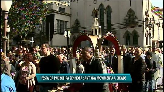 Festa da padroeira Sant'Ana reúne milhares de católicos em procissão em Ponta Grossa