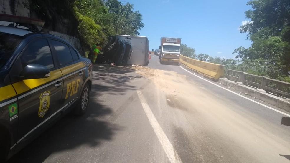 Caminhão com salgadinhos ensacados tomba na Serra das Araras, em Piraí — Foto: Divulgação/PRF