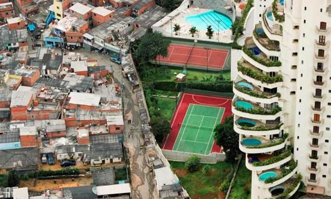 Favela ao lado de prédio com piscinas nas varandas em SP: desigualdade explícita