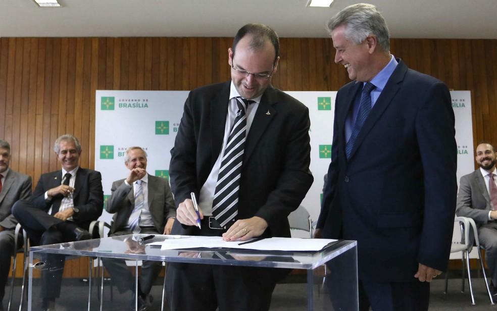Secretário Arthur Bernardes e governador Rodrigo Rollemberg, em cerimônia no Buriti, em imagem de arquivo (Foto: Andre Borges/Agência Brasília)
