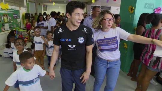 Medalhista olímpico Arthur Nory visita escola pública inaugurada em seu nome no Rio
