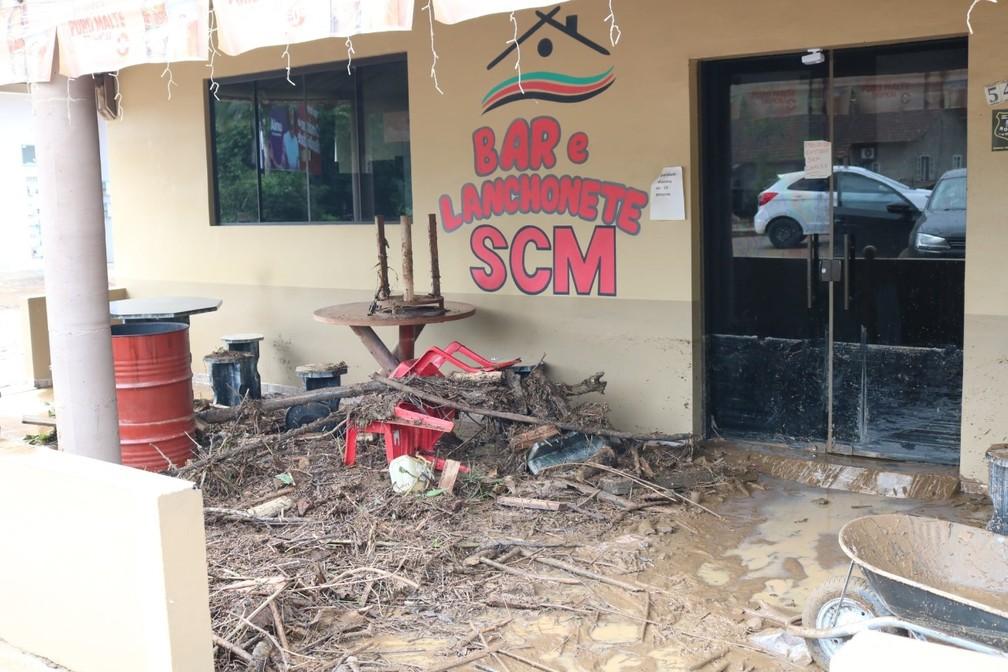 Lanchonete fica cheia de lama na entrada e tem cadeiras quebradas com temporal em Ibirama — Foto: Prefeitura de Ibirama/Divulgação