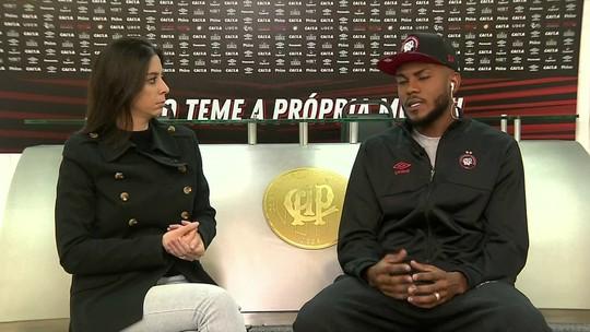 Marcelo Cirino, do Atlético-PR, conversa com o SporTV