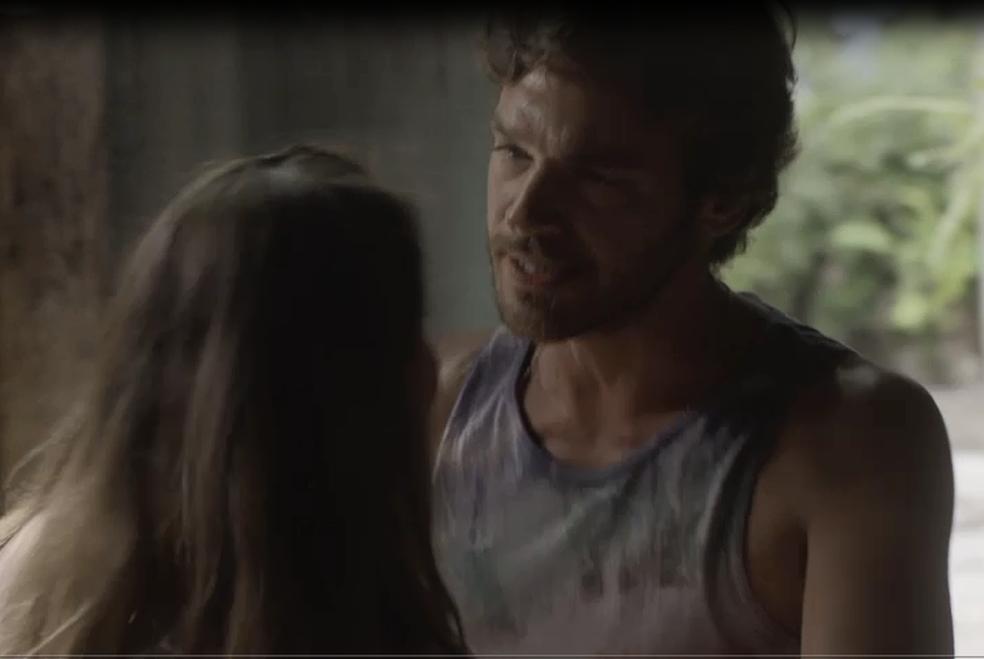 Beto diz a Karola que não existe mais nada entre eles (Foto: TV Globo)