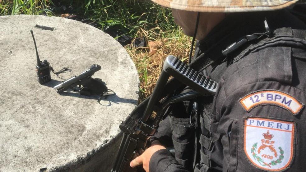 Com o homem foram encontrados um rádio comunicador e uma pistola. — Foto: Reprodução/LSM